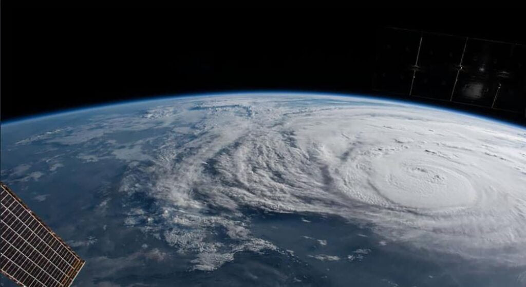 8d7f261b5dc77e370aa1754077baef6b الإعصار هارفى شبه ثابت الآن والفيضانات الكارثية لازالت مستمرة