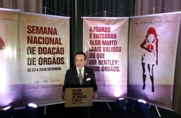 سكاربا أثناء تكريمه من منظمة مهتمة بالتوعية لقضية التبرع بالأعضاء في البرازيل