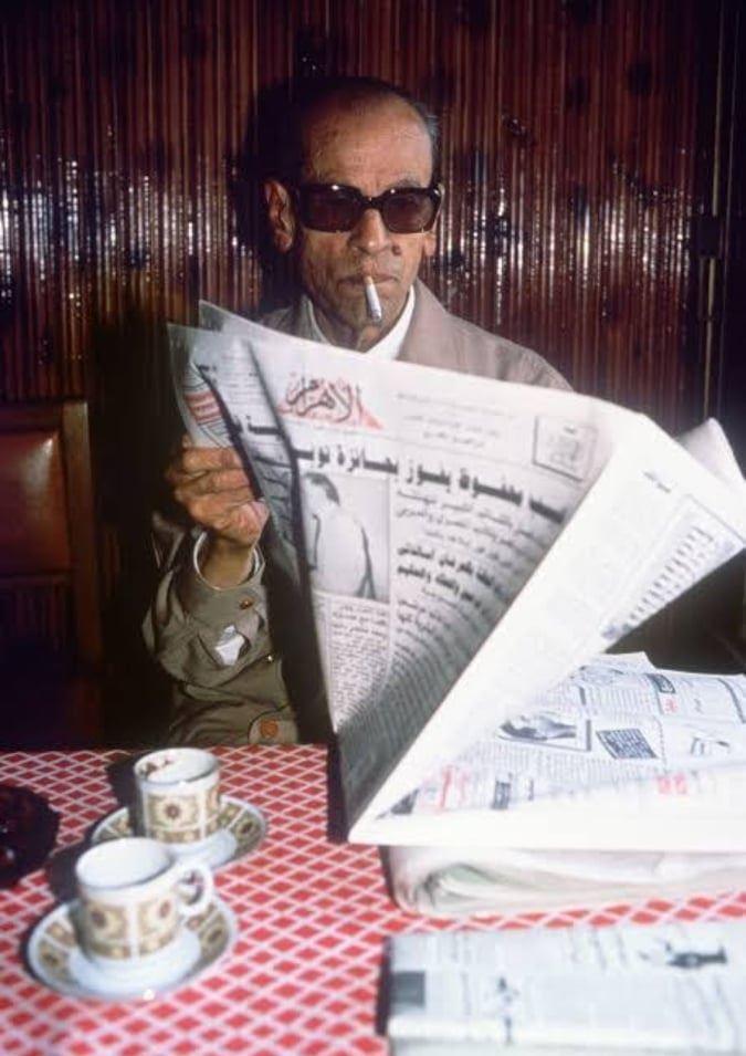نجيب محفوظ يقرأ خبر فوزه بنوبل النشر الذاتي، والندوب في وجوههم